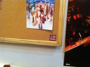 今回からマーキングを開始。店の至るところに上海ゲーム部のアイコンマークシールを貼るw