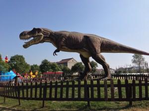この恐竜、近づくとセンサーが反応して叫びながら動きます。