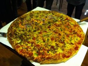そして、お待たせ燃ゆる巨大ピザの登場です。詳しくはベンジャミンのグルメ部レポートで!