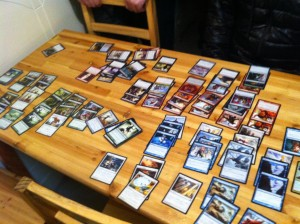 各チームカードが分類され、3人分のデッキが構築されていきます。