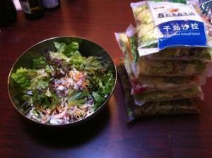 野菜だってちゃんと食べないと駄目ですからね。カルフールの洗浄カット済サラダ用野菜セットを複数種類買って混ぜます。ここに、ラシシェフ特製のオニオンドレッシングプロ仕様をタップリかけて召しあがれ!皆食べきれない量有りますよ。