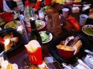 テーブルの上はこんな感じです。所狭しと置かれた上海名品食材。