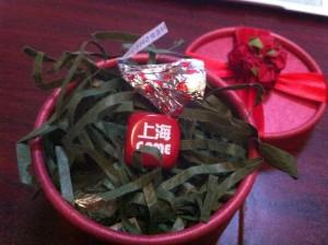プレゼントはアメリカ製上海ゲーム部特注ダイスです。こだわりの一品です。部員は無くさないようにね。