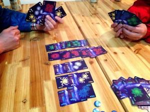 仲間のヒントを頼りにカードをプレイできたなら、大空に美しい花火が上がります。