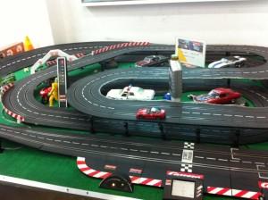 今日は昼からおもちゃ屋に行って、スロットカーを見に行きました。