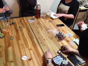 テキサスホールデム:普通のポーカーのルールを知っていれば、大体はついてこれます。単純な中に駆け引きがあり、今後部員たちの中で流行るかもしれませんね。問題は、この後新ゲーム制作会議が3時間近く・・・。