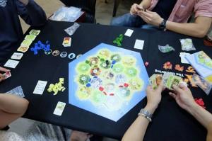 カタン開拓者:戦略、運、交渉、近代ボードゲームの殆どの要素がバランスよく混ざった名作ですよね。