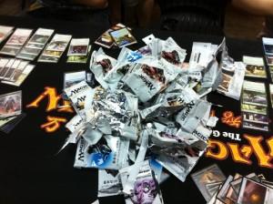 MTGGP:毎回大量のパックが消費されます。一人6パックで40枚からなるデッキを組み上げていくのです。