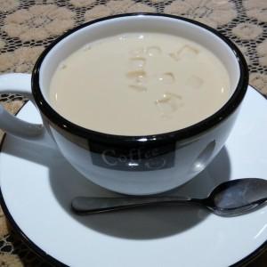 伯爵のアイスミルクティー。カップが茶碗並みにでかい!