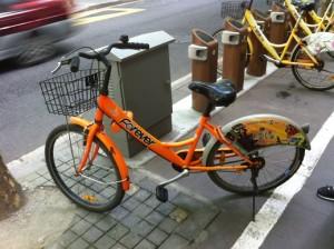 自転車はこんな感じ、新しいものと古いものが入り交じっています。選ぶポイントはサドルの高さですね。私はえらく低いのを最初選んでしまい、途中のポイントで交換しました。