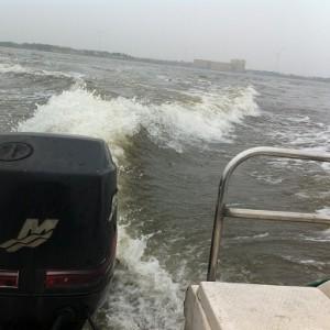 騒音と煙と、軽油の匂いをまき散らしながら、湖の上を疾走するボート、もうひっくり返りそうになりながら現地に到着。