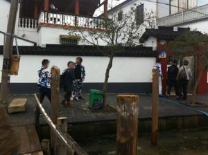 暫くボートに乗ると、また小さな港に着きました。ここが阳澄湖の蟹の産地蓮花島です。テンション上がる!
