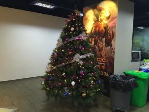 クリスマスシーズンの到来。部室にも巨大なツリーが飾られ始めました。でも実はこれまだ途中なんです。あと二週間の内にMTGっぽくリニューアルされます。乞うご期待。