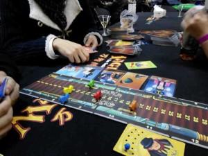 ディクシット:これはイマジネーションだけで競い合うボードゲームです。絵を見て、その第一印象を語り、皆でどの絵なのかを語ります。これも酒にピッタリですね。