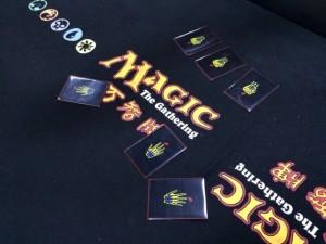 ラッキー5:最初はランダムで3枚配られたカードを使って近くにいる人と2回勝負をします。もし戦う相手がいなかったら、それはあなたの運が良かったのです。不戦勝となります。