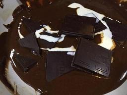湯煎は面倒なので、生クリームをたっぷり入れて少し温たら火を止めて直にチョコを投入していきます。