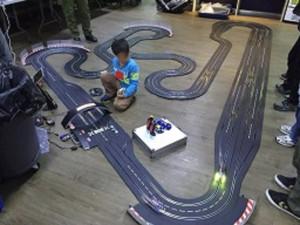 沢山の方が手伝ってくれて(お子さんも)、上海ゲーム部サーキットが完成。上海サーキットを模して作られています。