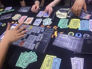 アクワイア:ホテルのチェーンに投資して稼ぐボードゲームです。ホテルチェーンの設立・拡大・合併を通じて総資産額を増やしましょう。こういう経営シミュレーションで遊べるのもボドゲ-のいいところですね。
