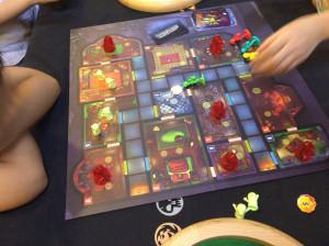 お化け屋敷の宝石ハンター:カヤナックでのギスギス解消の為、またまた協力ゲームをしました。こちらも子供ルールで