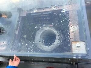 これは入口付近にあったガラスで覆われているよく分からない井戸。この手の映るとこに隙間がありまして、そこから1元を滑らせて井戸の中に入れるとラッキー的な...恥ずかしい話私はここで6元くらい使ってやっと一つ入ったという...