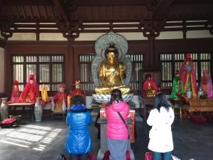そうそう、言い忘れてましたが、日本と違い中国のお祈りは必ず膝を地につけてお辞儀(土下座みたいなの)をします。そう考えると日本でのお祈りって神様に対して無礼ですよね笑