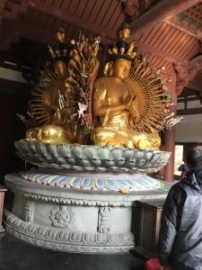 これがうちの地元で祀られている一番大きな仏様。四面ありますが別に喜怒哀楽ではなく、全部同じ顔してるのが不思議でした...