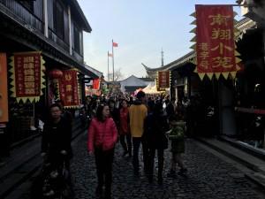 周りはこういった古い感じの建物になってます。上海には七宝老街と南翔老街の二つが有名です。うちは南翔老街が家から比較的近かったのでそちらに行きました。さすが元旦、めちゃめちゃ賑わってました!