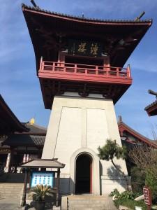 「钟楼」と書かれた鐘がある塔。二回には鐘が、地下には「万佛堂」と呼ばれる祠のような広いスペースがあります。
