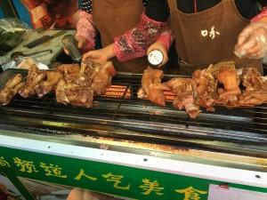 中国でよく見かける食べ歩きの「小吃」、この日初めて豚足も食べ歩き食品なんだと知りました...私もまだまだ勉強不足です。正しく「学到老,活到老」ですね。
