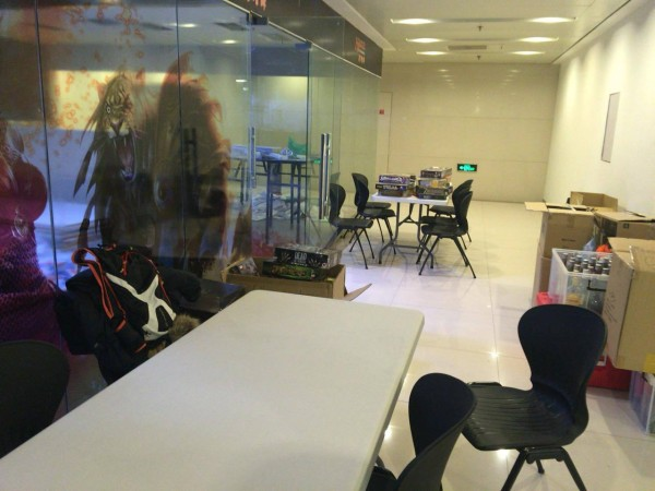 そこで、廊下にテーブルを出してオープンスタイルでゲームを楽しみます。