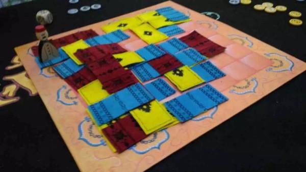 マラケシュ:ボードの上に絨毯の生地を置いていく陣取りゲームです。このコンポーネントの肌触りもよく、ゲームも程々に戦略性があるので、軽く遊べていいゲームですね。