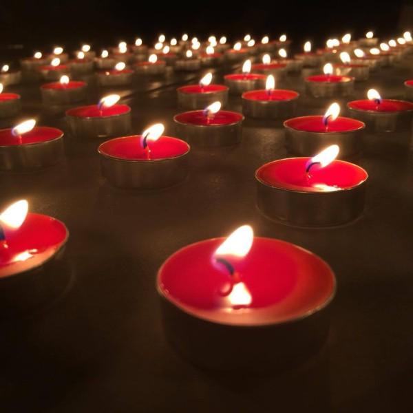 美しく燃える赤いろうそくがホラー要素を盛り上げます。