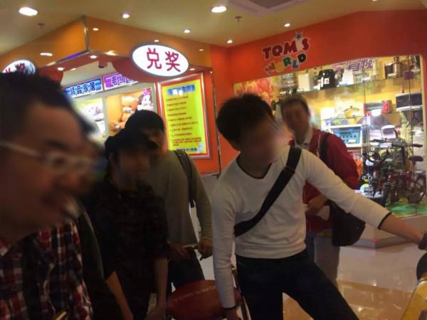 ゲームセンター:ということで中国最大のゲームセンター運営企業であるTOMSにやってきた一行。これから紙チップを稼ぎまくります。