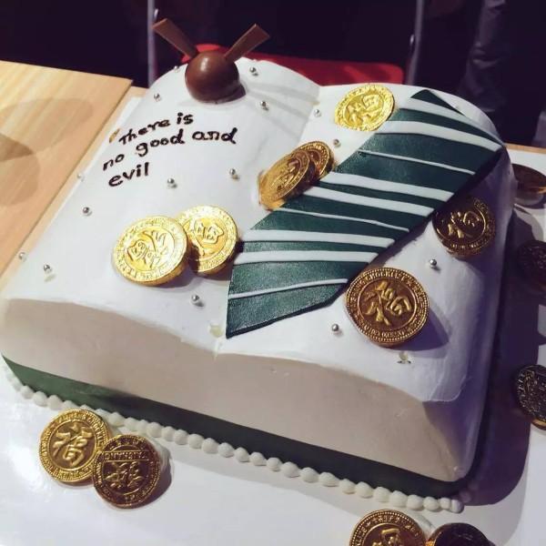 今回はM子の誕生日なので、こんなケーキが有志によりプレゼントされました。
