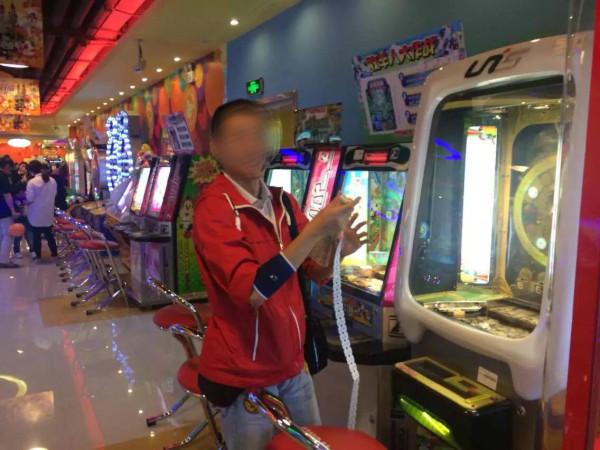 中国では、日本と違いコインゲーム等のゲーム終了後コインの代わりにトークンと言われる紙チップが出てきて、それを使って景品が貰える仕組みになっています。つまり、コインで永遠に遊ぶことは出来なくなっているのです。