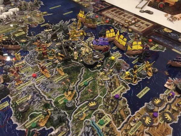最終局面になってデナーリスがやっと3匹のドラゴンを従えナローシーを渡るも、とき既に遅し、