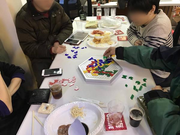 ブロックストライゴン:上級者向けのブロックスです。ジャニーBARの常連客たちでテーブルを囲んでちびちびやりながらゲームをする。幸せですね。