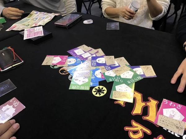 犯人は踊る:プレイヤーの中から犯人を当てる推理ゲームです。しかし、アリバイカードがあったりと、上手いタイミングで犯人を当てるのはそう簡単じゃないんですよね。